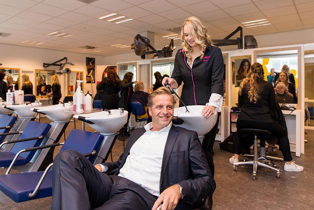 Wethouder Hugo de Jonge neemt plaats in de Zadkine Haarstudio